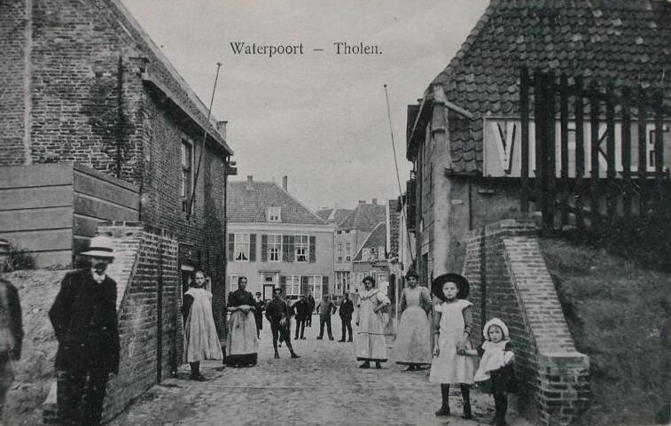 Op deze foto van begin 20ste eeuw de plek waar de Waterpoort heeft gestaan. (Zeeuwse Bibliotheek, Beeldbank Zeeland)