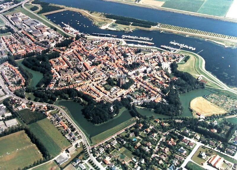 Tholen vanuit de lucht met bolwerken. (Zeeuwse Bibliotheek, Beeldbank Zeeland, collectie Jan Bruijns, foto A.F. Dingemanse)