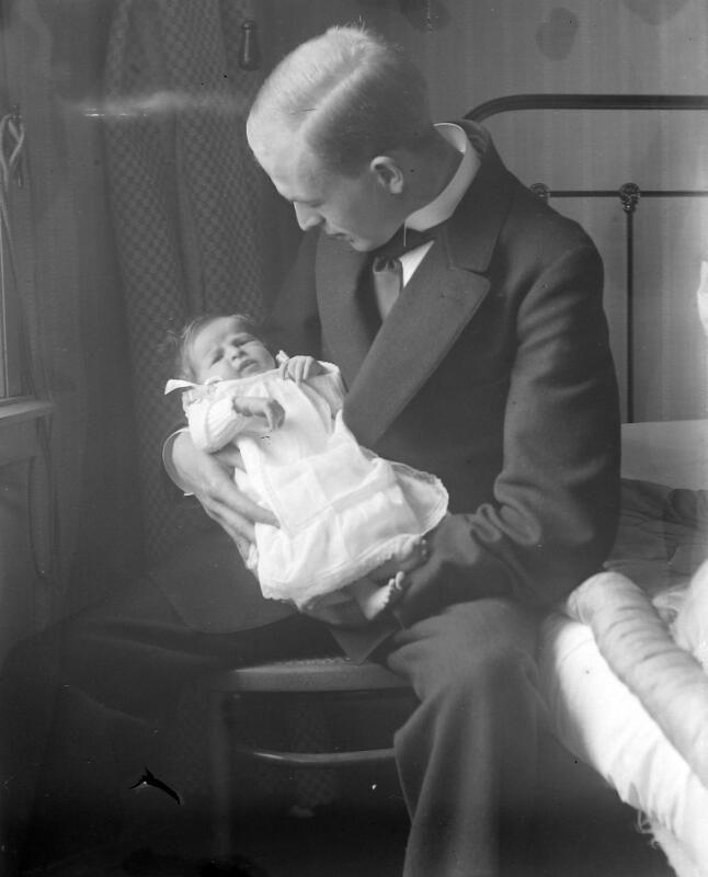 Vader met pasgeboren kind omstreeks 1910. (Zeeuwse Bibliotheek, Beeldbank Zeeland, foto A. Bolle)
