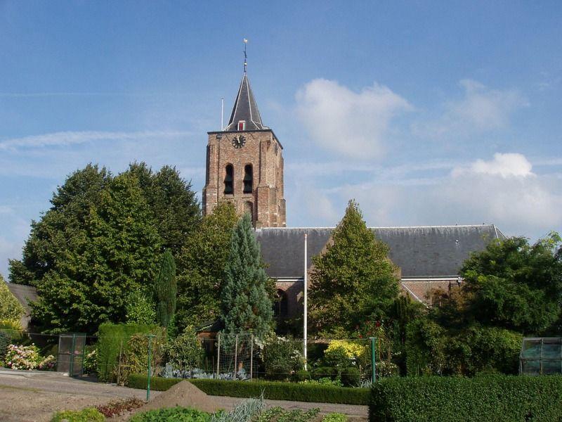 De kerk in het Zuid-Bevelandse Waarde werd aan het begin van de Tachtigjarige Oorlog beschadigd. (Zeeuwse Bibliotheek, Beeldbank Zeeland, foto M. Meijer-van der Linde)