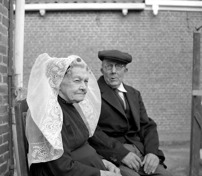 Johanna Gillisse-Wolse uit Kortgene in 1959. Zij was een van de laatste draagsters van de Noord-Bevelandse dracht. (ZB, Beeldbank Zeeland, fotoarchief PZC)