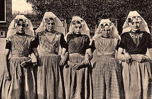 Zuid-Bevelandse (katholieke) meisjes op een prentbriefkaart uit de jaren 1930 (Zeeuws Archief, KZGW, Zelandia Illustrata).