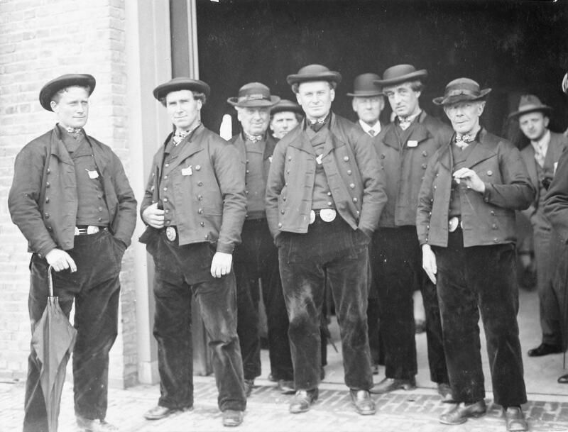 Groep mannen in Zuid-Bevelandse dracht, circa 1930 (ZB, Beeldbank Zeeland).