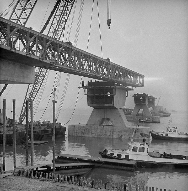 De aanleg van de Zeelandbrug in 1964. (Zeeuwse Bibliotheek, Beeldbank Zeeland, fotoarchief PZC)