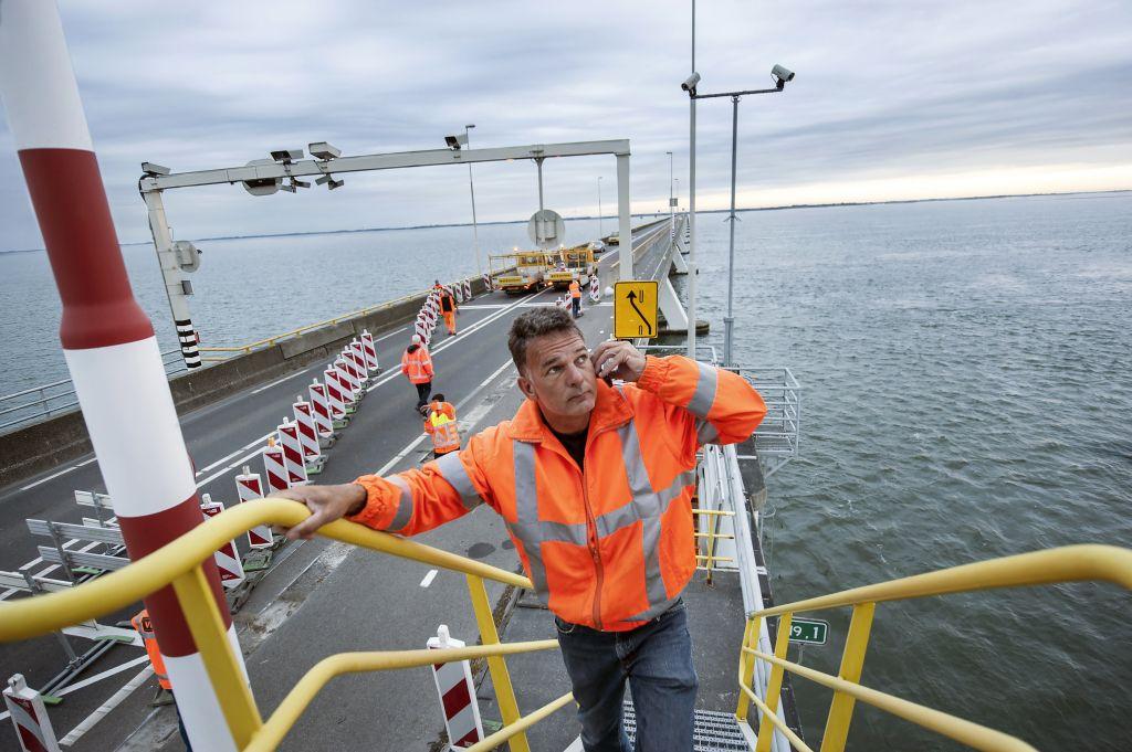 Onderhoud aan de Zeelandbrug. (foto Mechteld Jansen voor DNA Beeldbank via laatzeelandzien.nl)