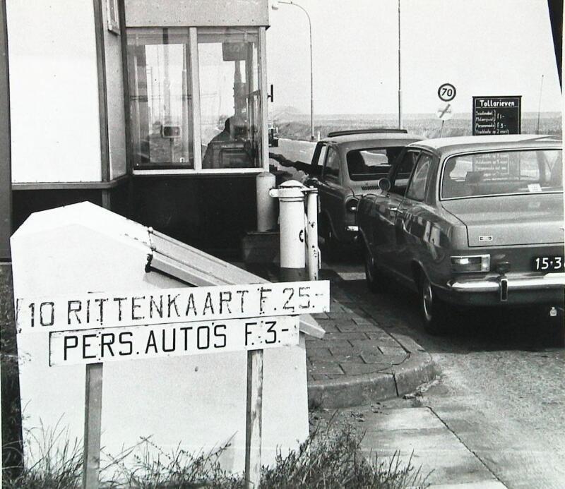 Tol aan de Zeelandbrug in 1973. (Zeeuwse Bibliotheek, Beeldbank Zeeland, foto C. den Boer)