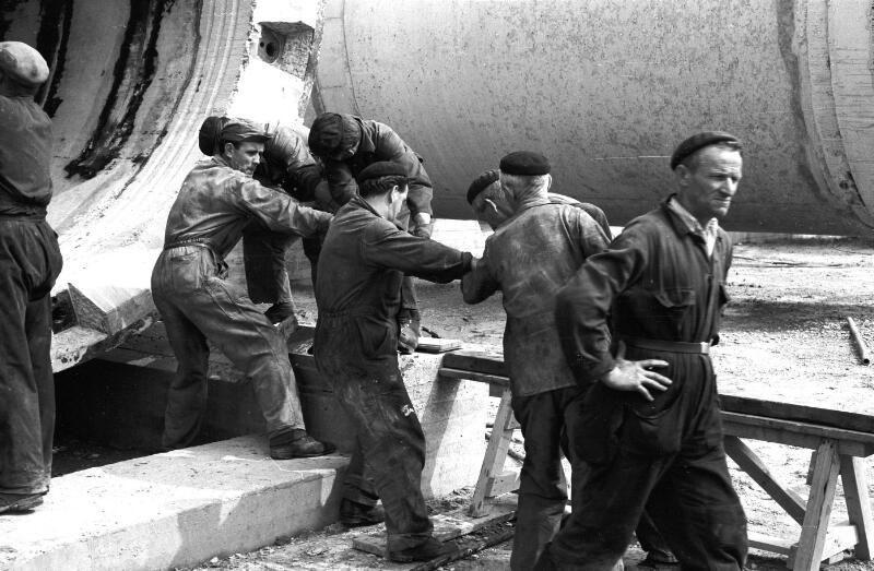 Werkmannen bij de bouw van de brug in 1964. (Zeeuwse Bibliotheek, Beeldbank Zeeland, foto C. Kotvis)