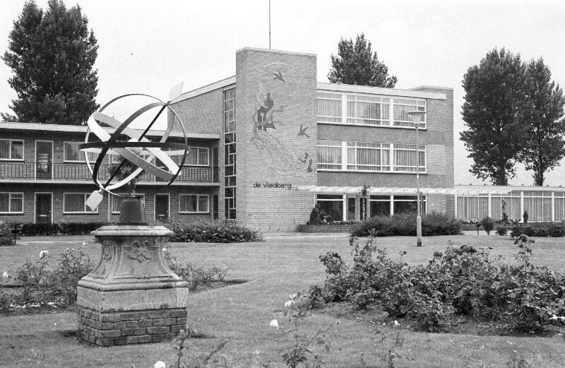 De poolstijl in de vorm van een pijl van deze ronde zonnewijzer moet evenwijdig lopen aan de aardas, met de pijl naar het noorden, om de juiste tijd aan te kunnen geven (ZB, Beeldbank Zeeland, foto C. Kotvis, 1970).