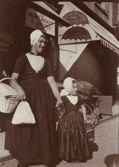 Vrouw en meisje in Walcherse dracht op een marktdag, Middelburg, omstreeks 1910 (Zeeuws Archief, HTAM).