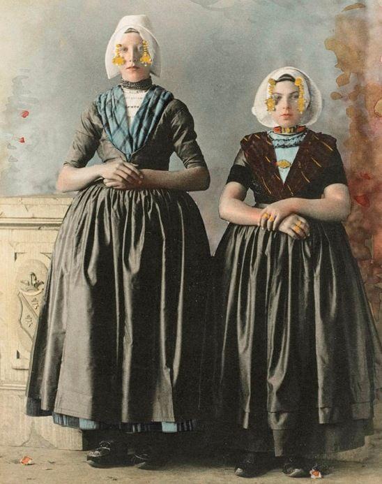 Meisjes uit Arnemuiden, 1894, ingekleurde foto (Zeeuws Museum, KZGW). Het meisje links draagt het kostuum van de Arnemuidse vissersdracht. Het meisje rechts draagt de modernere Arnemuidse burgerdracht..