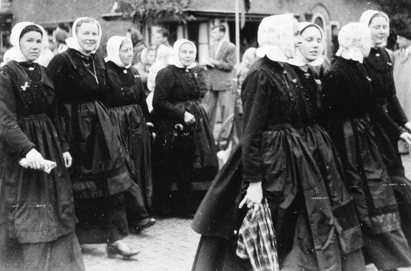 Vrouwen in Cadzandse dracht, 1954 (ZB, Beeldbank Zeeland, foto A.P. Maas).