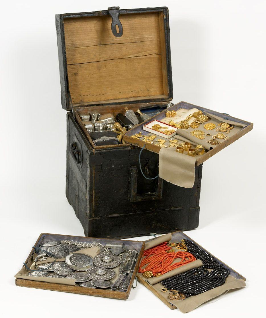 Kist, gevuld met sieraden, van juwelier Lou Minderhoud (1877-1970), circa 1900 (Juwelier Minderhoud, foto Ivo Wennekes). Met deze kist op de kruiwagen en later op de fiets bezocht juwelier Minderhoud de dorpen en boerderijen op Walcheren.