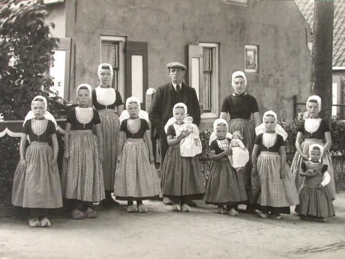 Gezin uit Meliskerke (Walcheren) met de kinderen in streekdracht, foto uit 1916 (ZB, Beeldbank Zeeland). De vrouw des huizes is in de rouw, de man gaat gekleed in burgerkleding.