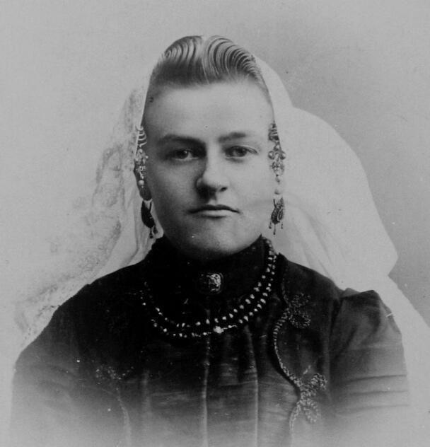 Vrouw in Duivelandse dracht, Ouwerkerk circa 1900 (ZB, Beeldbank Zeeland, foto J. Schotel).