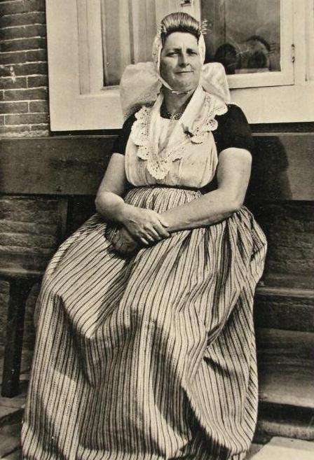 Vrouw in de dracht van het Middelburgs Ambacht (ZB, Beeldbank Zeeland).