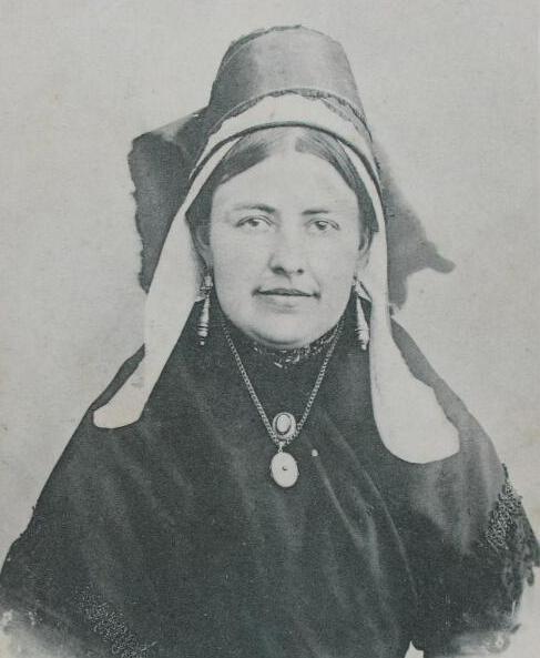 Streekdracht uit het Land van Hulst omstreeks 1890 (ZB, Beeldbank Zeeland).