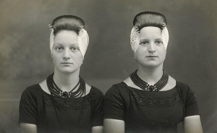 Walcherse meisjes in zware rouw (collectie W. van der Heijden).