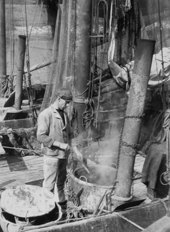 Garnalen koken aan boord van een schip in de haven van Veere, 1938. (Zeeuwse Bibliotheek, Beeldbank Zeeland, foto I. Lamain)