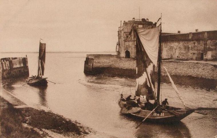 De hoogaars ARM 35 loopt de haven van Veere binnen. Prentbriefkaart omstreeks 1905. (Zeeuwse Bibliotheek, Beeldbank Zeeland)