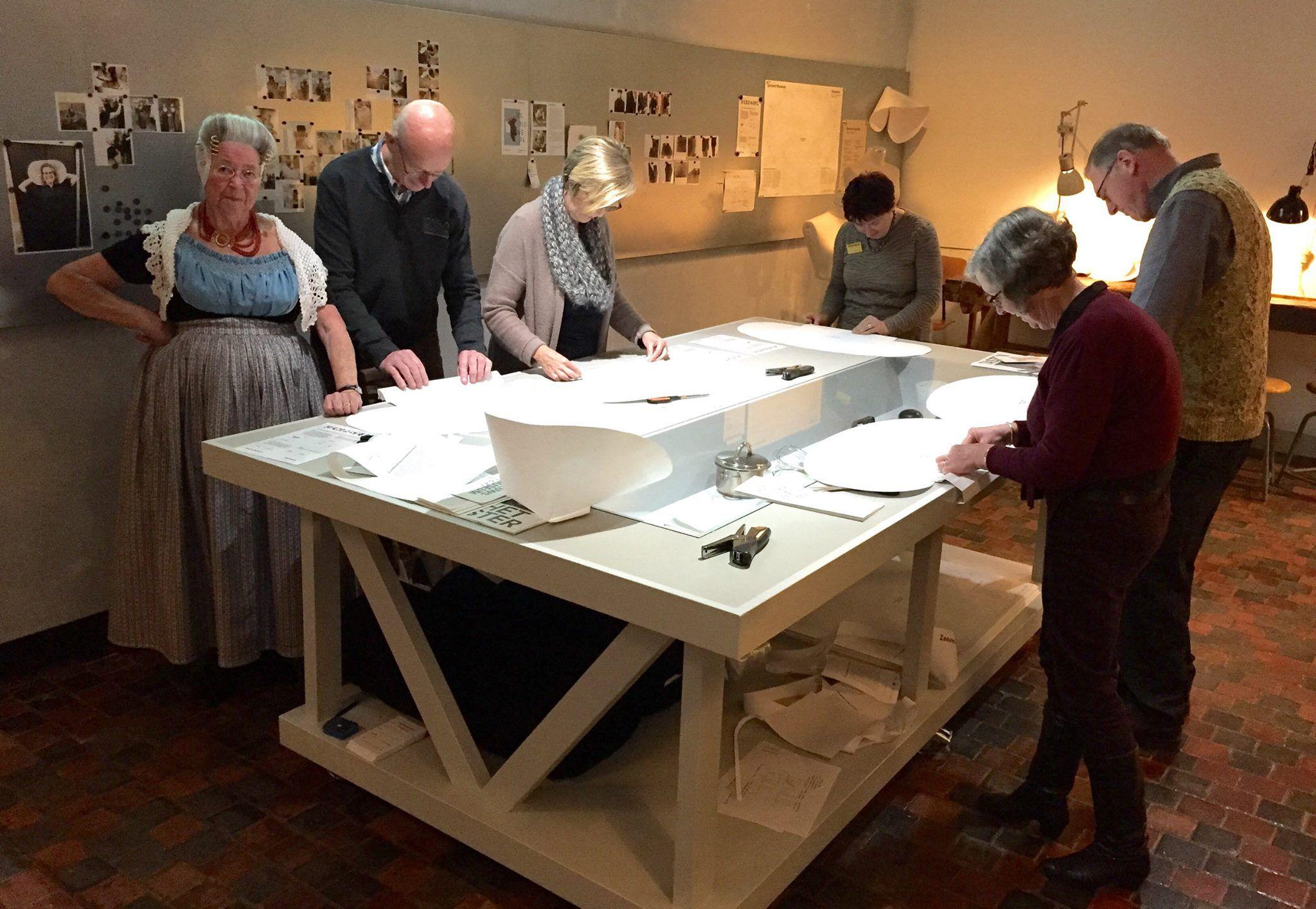 Mevrouw Vos (links op de foto) in de Handwerkplaats (Foto Zeeuws Museum)