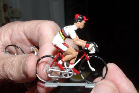 Vader en zoon Den Herder hebben bijna 1000 miniatuur wielrenners verzameld. (Foto Arnold Parre)