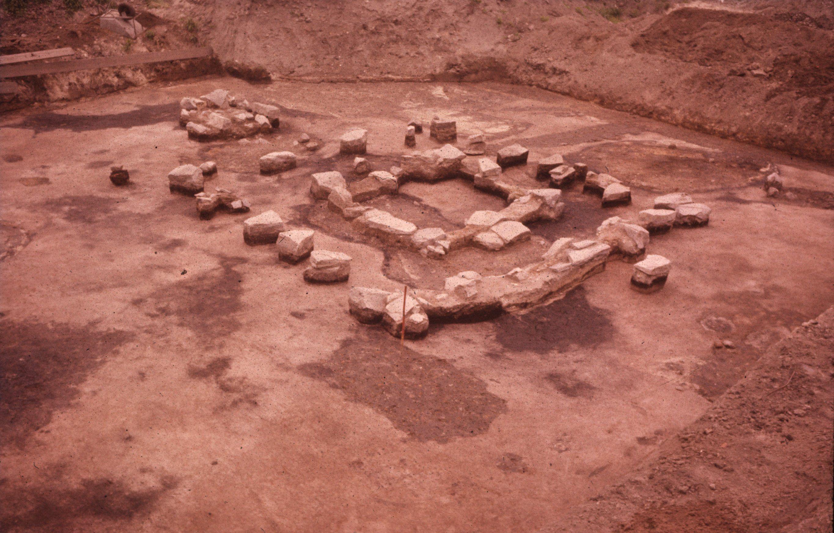 Resten van de stenen fundering van het kleine tempeltje.