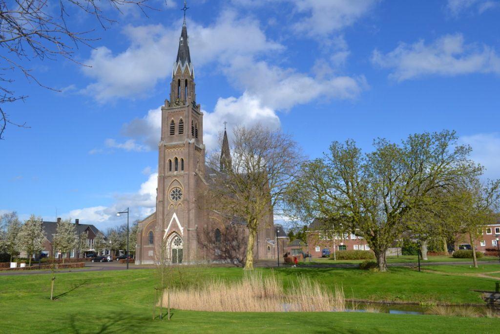 Het rondje om de kerk in 's-Heerenhoek behoorde tot de bekendste Zeeuwse criteriums. (Beeldbank SCEZ)
