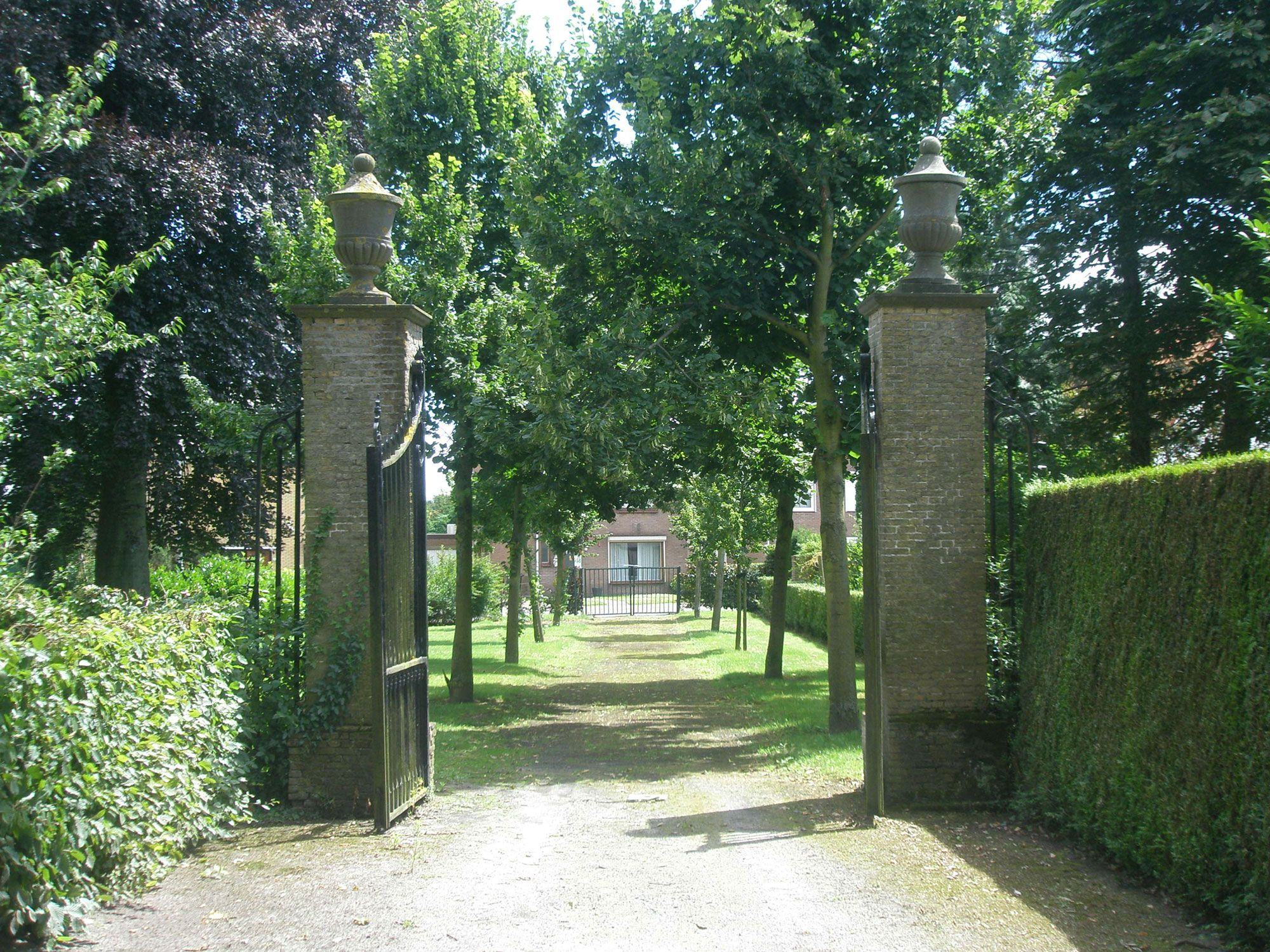 Aan de Zoutestraat bevindt zich het monumentale toegangshek van de begraafplaats.