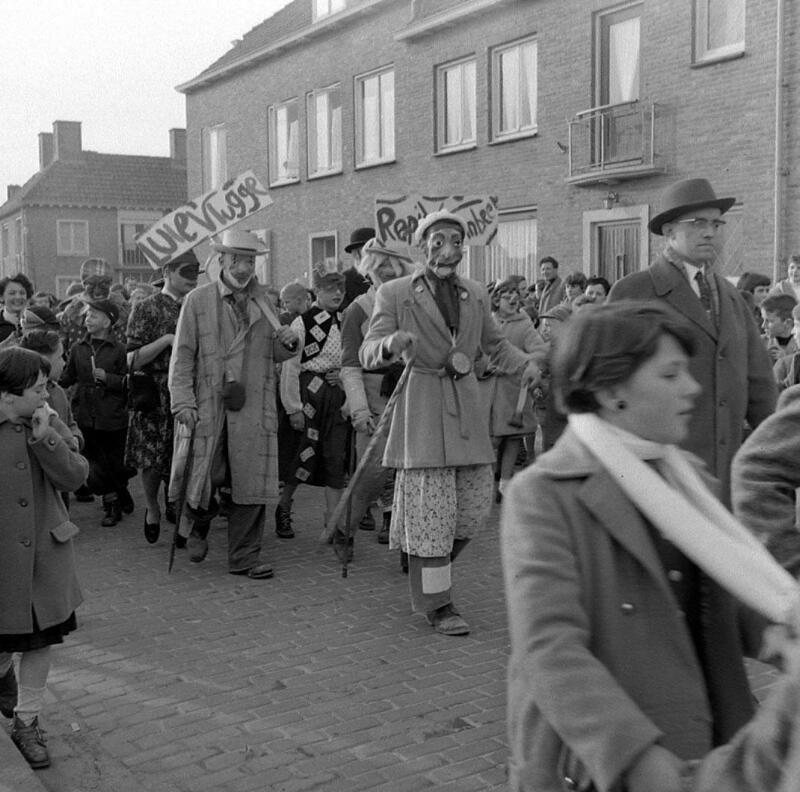 Carnavalsoptocht in Oostburg omstreeks 1955. (Zeeuwse Bibliotheek, Beeldbank Zeeland, foto O. de Milliano)