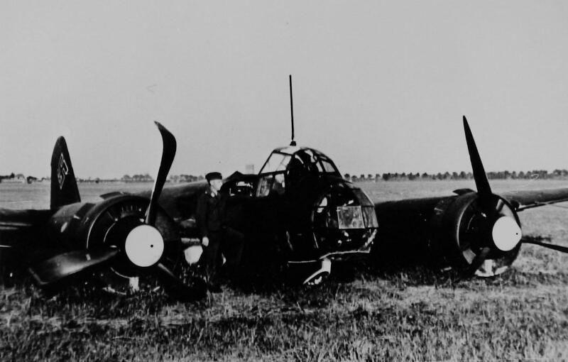Duitse JU 88 duikbommenwerper na een noodlanding op het vliegveld van Souburg, 10 mei 1940. (Zeeuwse Bibliotheek, Beeldbank Zeeland)