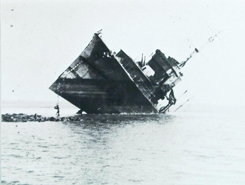 Het Engelse schip Valentine, nadat het na zware schade door de bemanning op een stenen bank is gezet, 15 mei 1940. (Zeeuwse Bibliotheek, Beeldbank Zeeland)