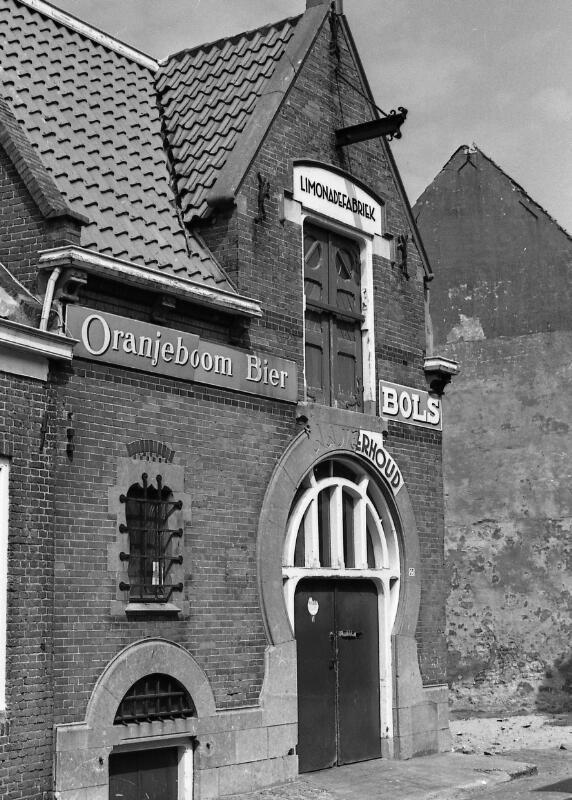 De voormalige limonadefabriek van N. Minderhoud omstreeks 1974. (Zeeuwse Bibliotheek, Beeldbank Zeeland, foto J. Simonse)