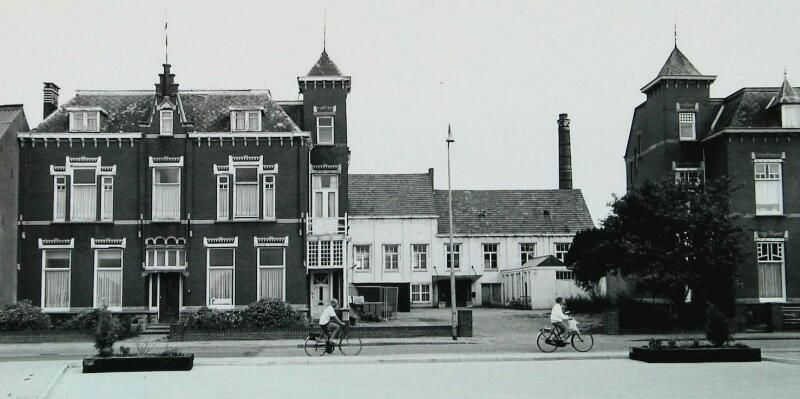Het Mi-Lock fabriekscomplex in 1992, zes jaar voordat de fabrieksgebouwen werden gesloopt. Links de directeurswoning. (Zeeuwse Bibliotheek, Beeldbank Zeeland, foto W. Helm)