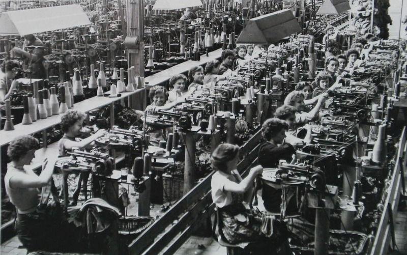 Productiehal Mi-Lock omstreeks 1956. (Zeeuwse Bibliotheek, Beeldbank Zeeland, reproductie foto R. Neelemans)