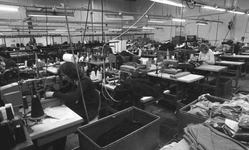 Productiehal Excelsior in Nieuw-Namen omstreeks 1975. (Zeeuwse Bibliotheek, Beeldbank Zeeland, coll. Dagblad De Stem, foto C. de Boer)