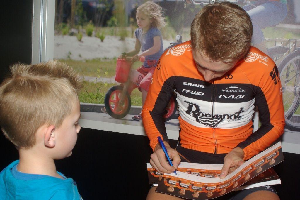 Handtekeningen uitdelen op de presentatie van het nieuwe team. (Foto Arnold Parre)