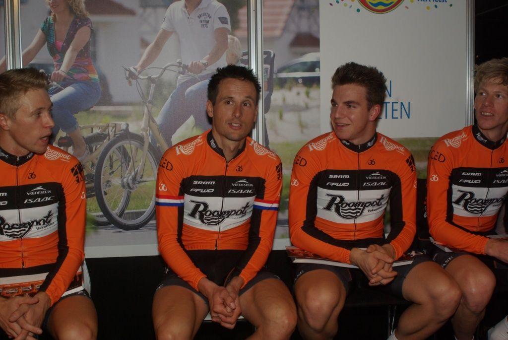 Renners van Team Roompot bij de presentatie in Rotterdam. Tweede van links Johnny Hoogerland. (Foto Arnold Parre)
