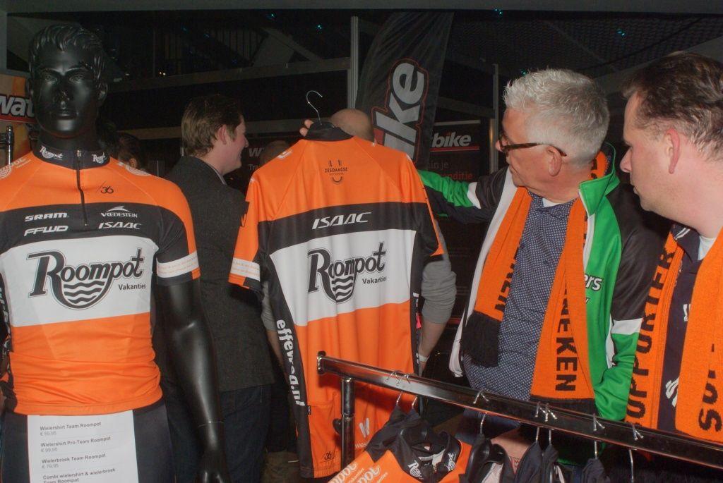 Een nieuw team met een nieuw wielershirt. Meteen te koop voor de ware liefhebber. (Foto Arnold Parre)