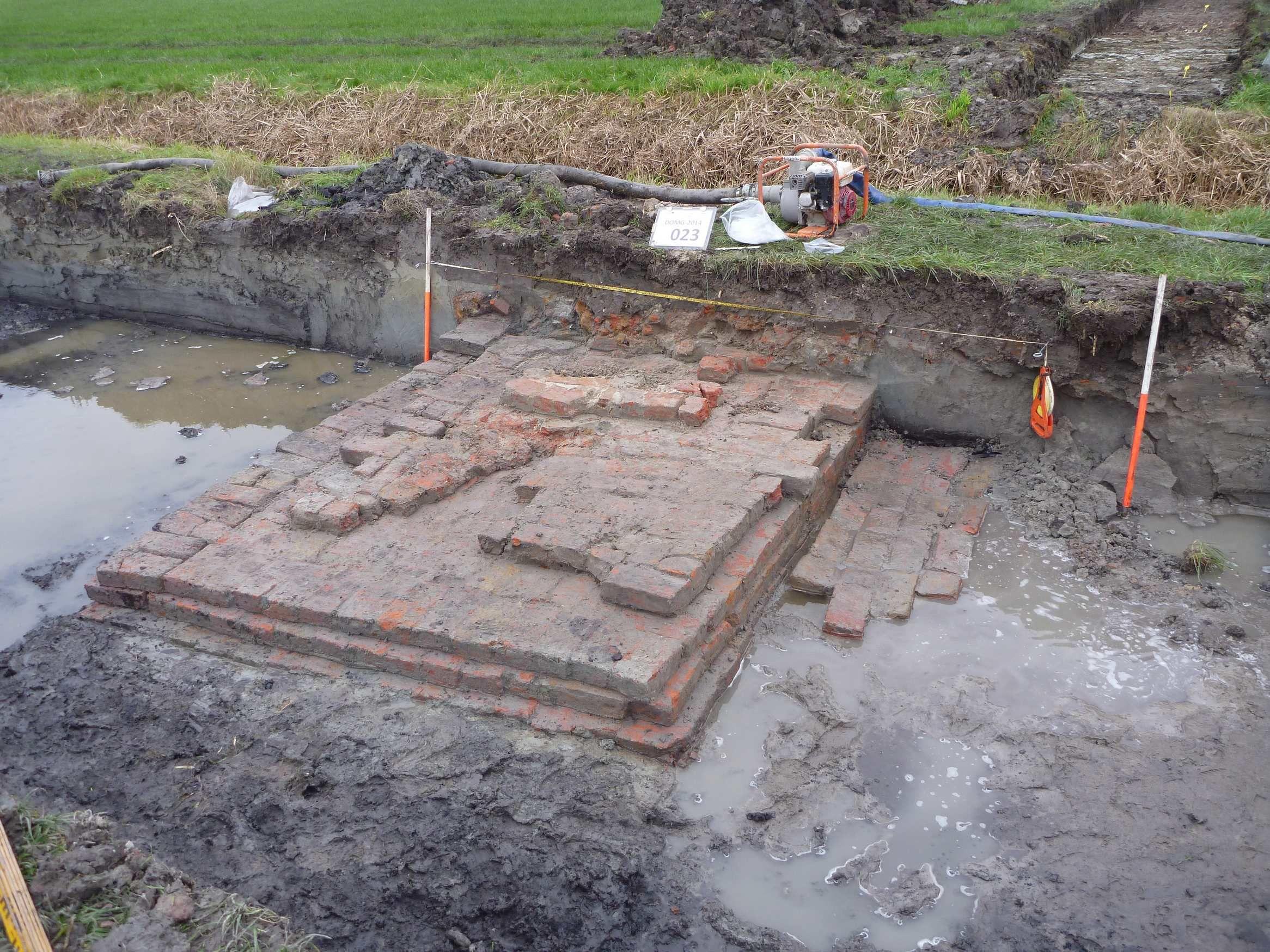 De bakstenen fundamentresten uit Domburg. (foto Walcherse Archeologische Dienst)