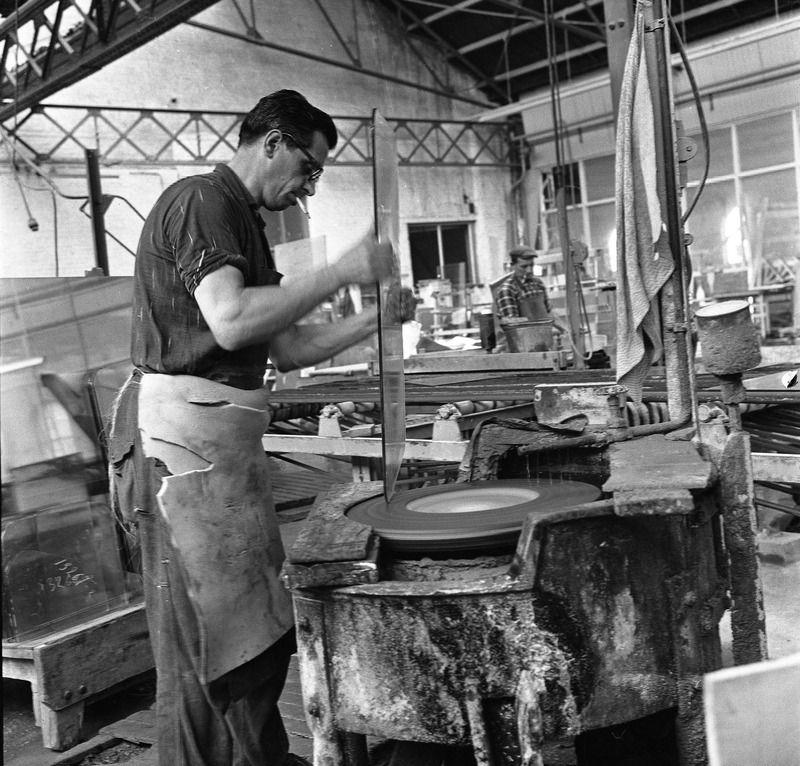 Werknemer aan het werk bij Sas Glas, 1964. (Zeeuwse Bibliotheek, Beeldbank Zeeland, fotoarchief PZC)