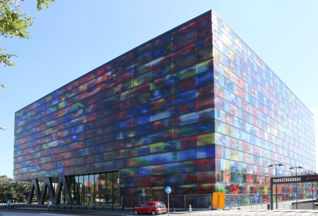 Het glas voor de opvallende gevelbekleding van het Nederlands Instituut voor Beeld en Geluid komt uit Sas van Gent. (foto Wikimedia)