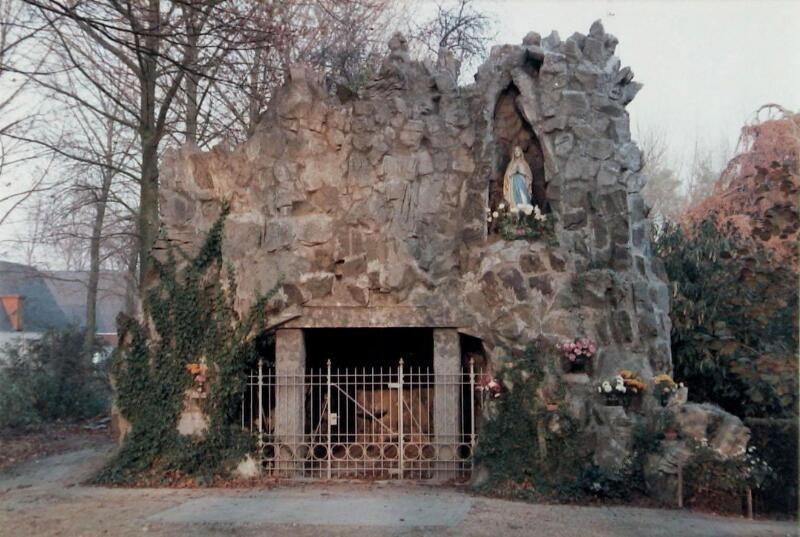 De Lourdesgrot in Heinkenszand omstreeks 1984, vóór de laatste restauratie. (Zeeuwse Bibliotheek, Beeldbank Zeeland, collectie Jan Bruijns)