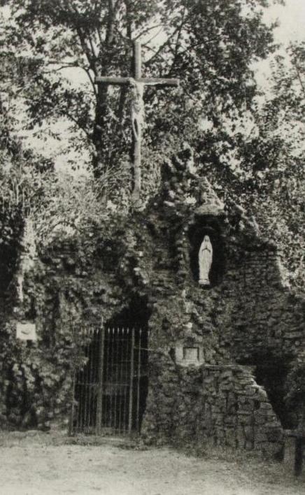 De Lourdesgrot in Zuiddorpe op een prentbriefkaart van circa 1940. (Zeeuwse Bibliotheek, Beeldbank Zeeland)