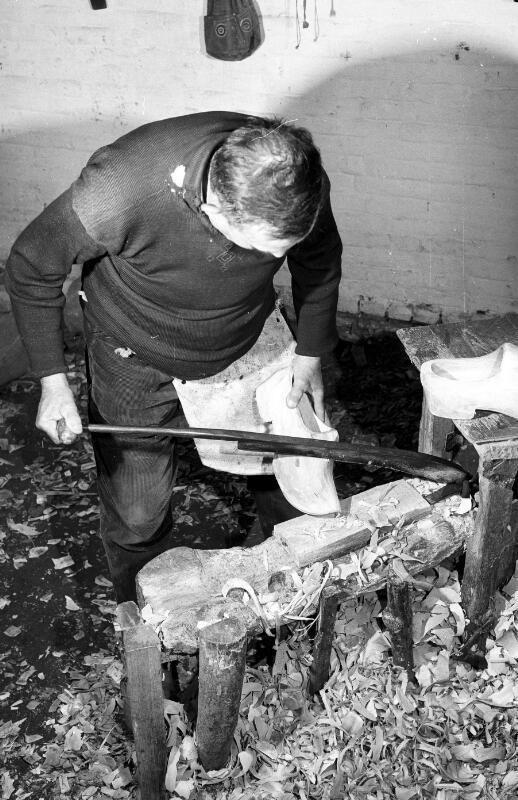 Klompenmaker B. de Couwer in Clinge met krammes. Foto uit 1965. (ZB, Beeldbank Zeeland, foto C. Kotvis)