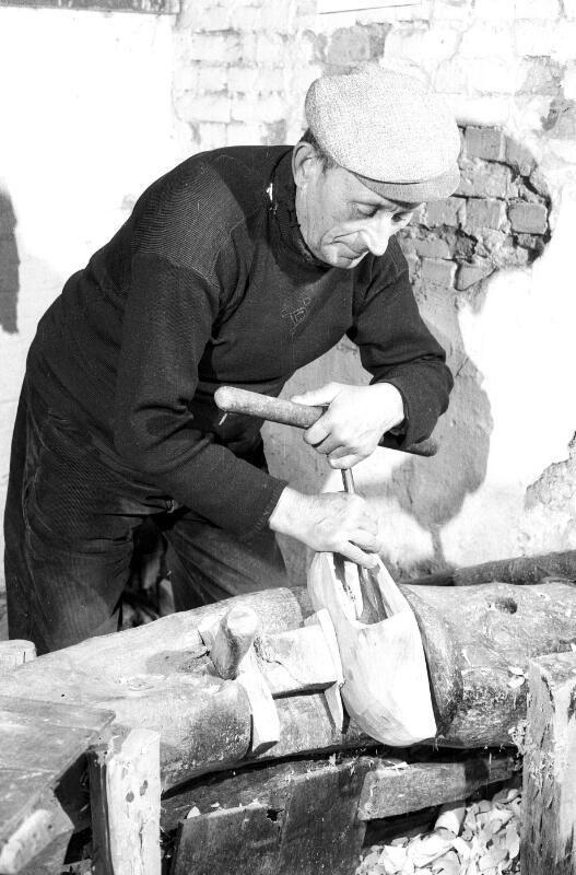 Klompenmaker De Couwer boort een klomp uit. Foto uit 1965. (ZB, Beeldbank Zeeland, foto C. Kotvis)