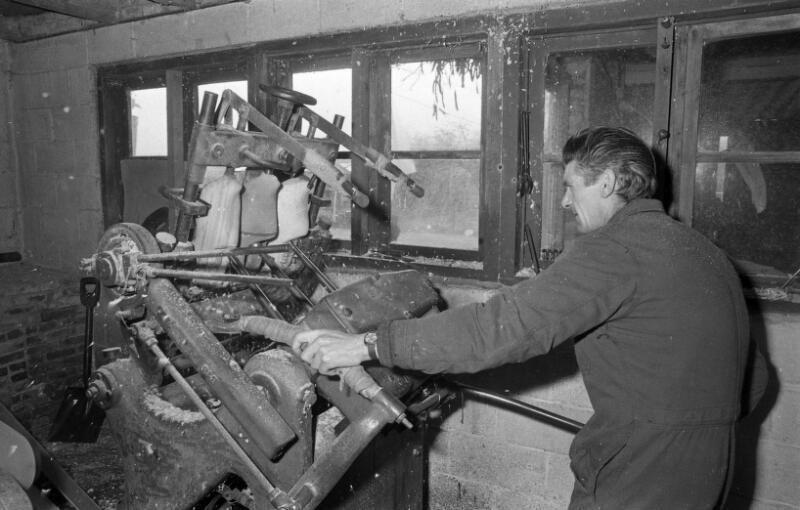 Klompenmaker uit Clinge achter de boormachine. Foto uit 1974. (ZB, Beeldbank Zeeland, coll. Dagblad De Stem, foto C. de Boer)