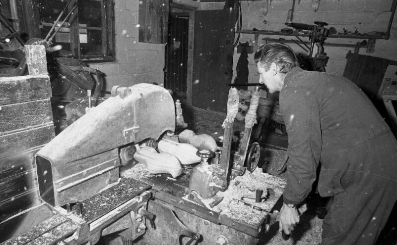 Klompenmaker uit Clinge achter de kopieermachine. Foto uit 1974. (ZB, Beeldbank Zeeland, coll. Dagblad De Stem, foto C. de Boer)