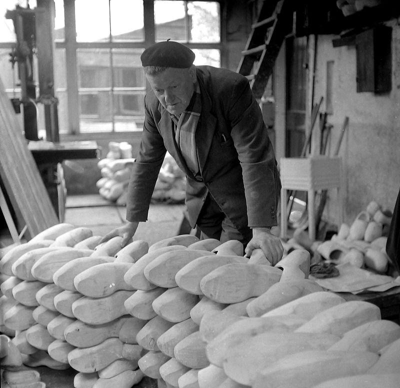 Klompenmaker in Goes, 1964. (ZB, Beeldbank Zeeland, fotoarchief PZC)