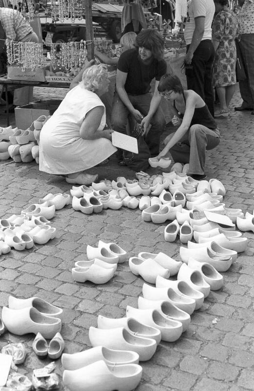 In de jaren zeventig leefde de vraag naar klompen kortstondig op. Hier staan op de Markt in Middelburg vele maten uitgestald. Foto uit 1976. (ZB, Beeldbank Zeeland, PPD, foto A.P. Maas)