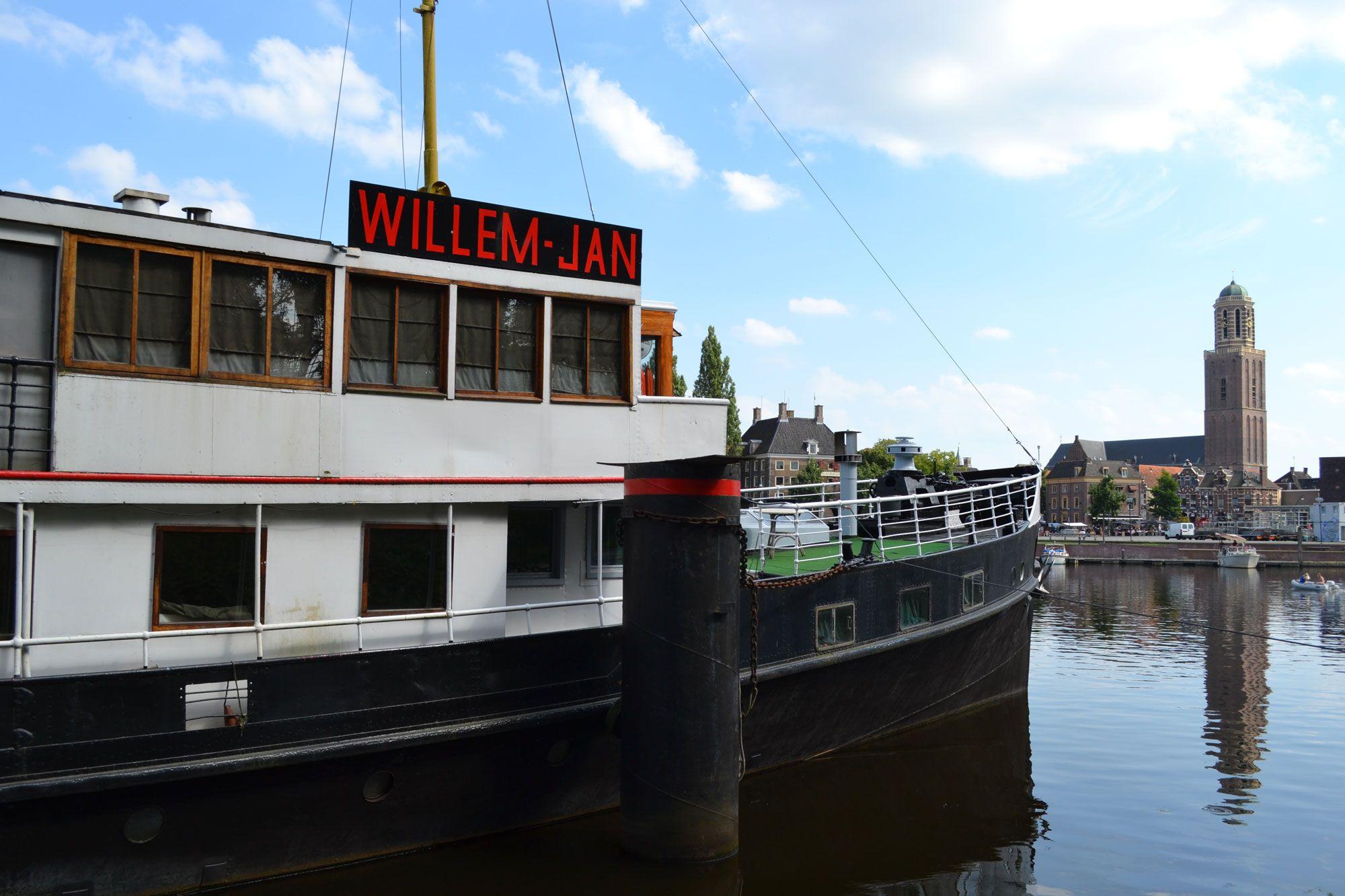 De voormalige Oosterschelde ligt momenteel als partyschip Willem-Jan te koop aan de Pannekoekendijk in Zwolle. (Beeldbank SCEZ)